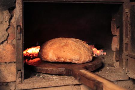 炭素の伝統的な方法で古いオーブンでパン 写真素材