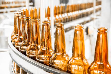 Bier flessen op de transportband, brouwerij Stockfoto