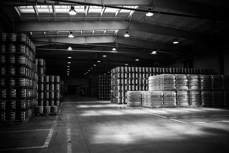 depositaris binnen in een moderne brouwerij, levering Redactioneel