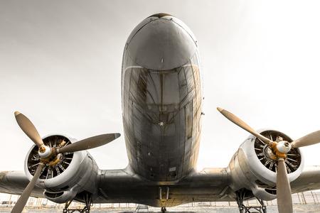 een oude verouderde vliegtuigen propeller, bottom-up, detail
