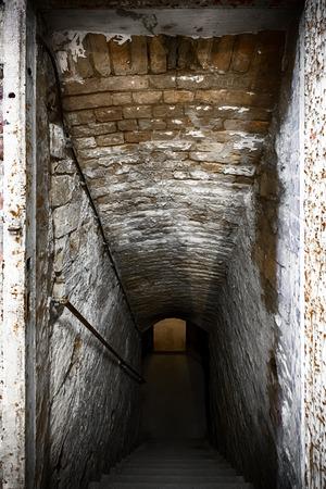 een oud gebouw keldertrap, verwoeste bakstenen muur