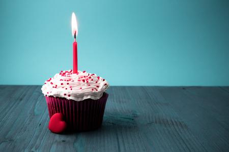 torta compleanno: dolce torta di compleanno con le candele