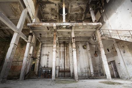habitacion desordenada: un viejo arruinado abandonado interior del edificio industrial