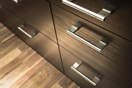 un cassetto armadio in legno davanti, manico in metallo