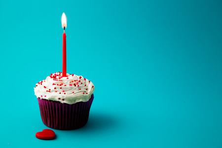bougie coeur: douce petite gâteau d'anniversaire avec bougies Banque d'images