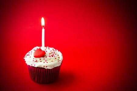 velas de cumpleaños: pequeño pastel de cumpleaños dulce con velas
