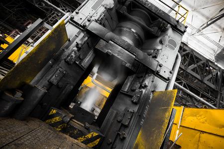 martillo de vapor antes de un uso en un taller de forja