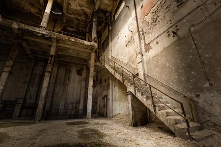 een desolate oud industrieel gebouw binnen, trap