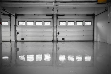 een auto-motor speedway garage, interieur, ramen