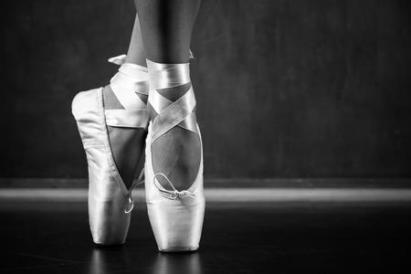 Jonge ballerina dansen, close-up op benen en schoenen Stockfoto