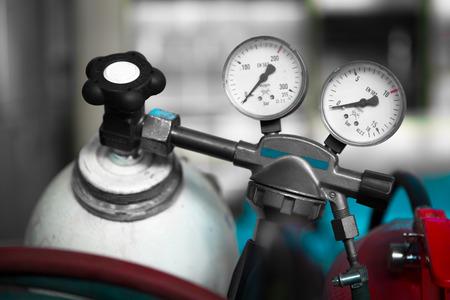 gas cylinder: un medidor de presi�n del cilindro de gas de soldadura con dos Foto de archivo