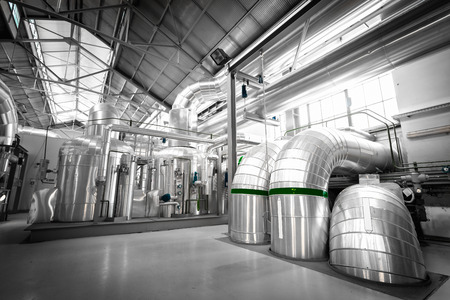 apparatuur, leidingen in een moderne warmtekrachtcentrale Stockfoto