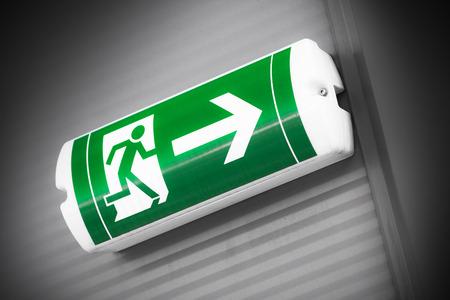 salida de emergencia: señal de salida de emergencia verde Foto de archivo