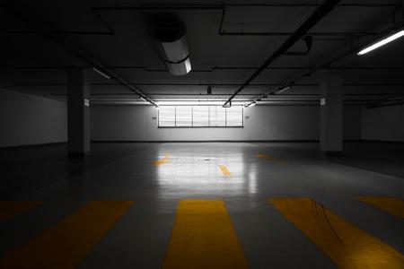 Parkeergarage ondergronds, industrieel interieur Stockfoto