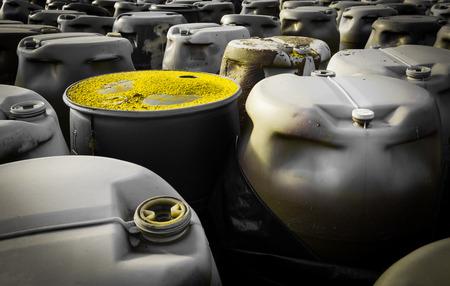 residuos toxicos: barriles de pl�stico de residuos t�xicos Foto de archivo