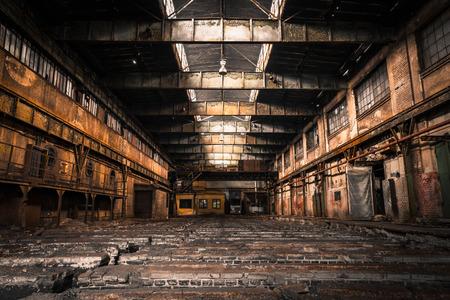 明るい光と放棄された産業インテリア