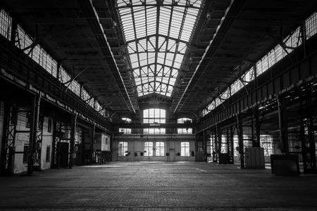 edificio industrial: estaci�n de reparaci�n de veh�culos viejos abandonados Foto de archivo