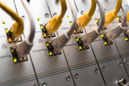 cable red: Conmutador de red y cables UTP Ethernet Foto de archivo