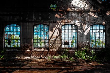 明るい光と放棄された工業用インテリア