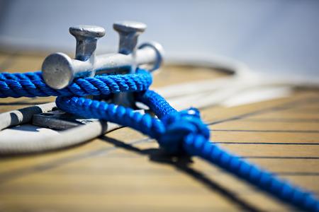 een zeilschip vaststelling van zijn touw, bijna detail