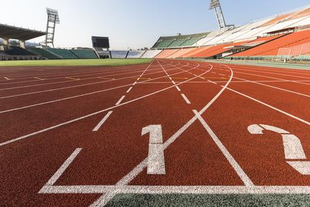 atleta corriendo: uno se disuelve estadio de la órbita de atletismo