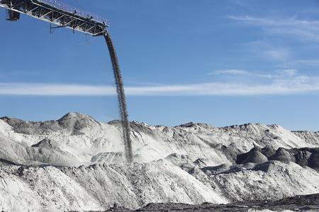 cinta transportadora: trabajan cinta transportadora en una mina de carbón, pilas de tierra