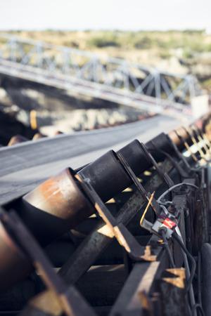 cinta transportadora: las ruedecillas de una cinta transportadora casi un carbón en una mina Foto de archivo