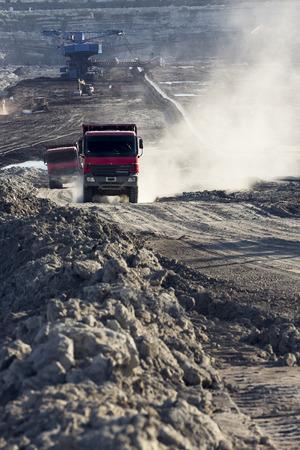 vrachtwagens die actief zijn in een kolenmijn op het werk