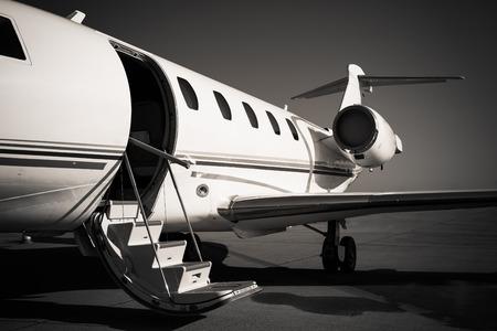 witte prive-vliegtuig op de luchthaven, zwart en wit
