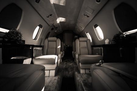 een luxe vliegtuig interieur, lederen zetels, zwart en wit