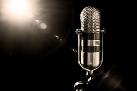 microfono antiguo: un viejo micrófono estudio profesional, cerca de la foto Foto de archivo