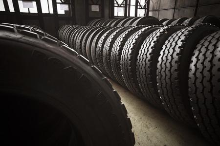 버스 차고의 새로운 대형 타이어