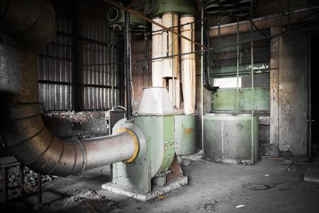 air cleaner: máquina de filtro de aire en un edificio de la fábrica abandonada, pobre luz