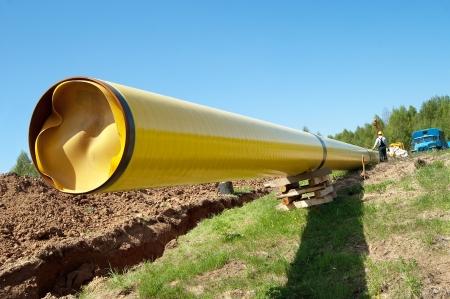 cilindro de gas: Instalaci�n de una tuber�a de gas contra el cielo azul