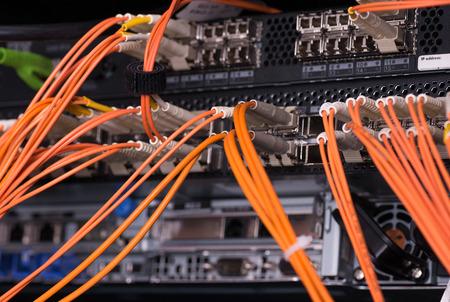 Fiber optische verbindingen met servers Stockfoto