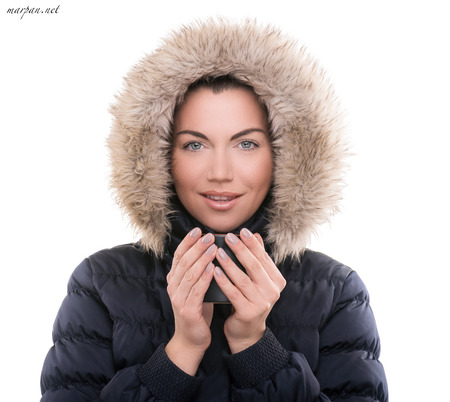 Anorak: Sch�ne Frau mit Winterjacke und Tasse hei�en Tee