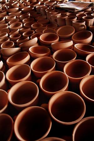 ollas de barro: un mont�n de ollas de barro Foto de archivo