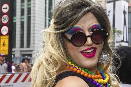 lesbienne: SAO PAULO, BRÉSIL - 7 Juin, 2015: Drag Queen inconnu en costume traditionnel célébrant lesbiennes, gays, bisexuels, transgenres et de la culture dans le 19º Pride de Sao Paulo.