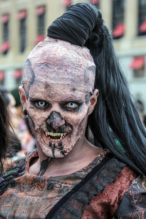 maquillaje de fantasia: Sao Paulo, Brasil 11 de noviembre de 2015: Un hombre no identificado en trajes en el evento anual Zombie Walk en Sao Paulo Brasil. Editorial