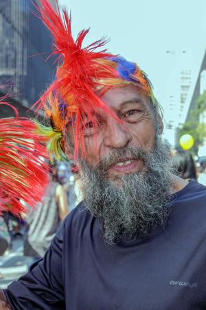 transexual: SAO PAULO, BRASIL - 18 de junio de 2017: Un viejo no identificado que celebra la cultura lesbiana, gay, bisexual, y transgénero en el 21do desfile de orgullo gay Sao Paulo.