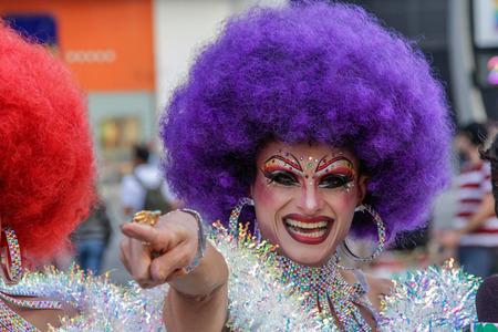 사오 파울로, 브라질 - 2017 년 6 월 18 일 : 알 수없는 드래그 여왕 제 21 회 게이 프라이드 퍼레이드 상파울루에서 레즈비언, 게이, 양성 애자, 트랜스 젠
