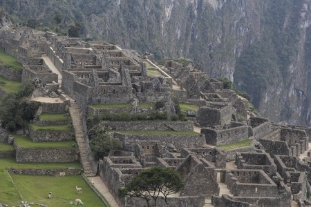 View on the Machu Pichuu on a cloudy day. Cuzco, Peru. Stones carved for a perfect assembly. Imagens