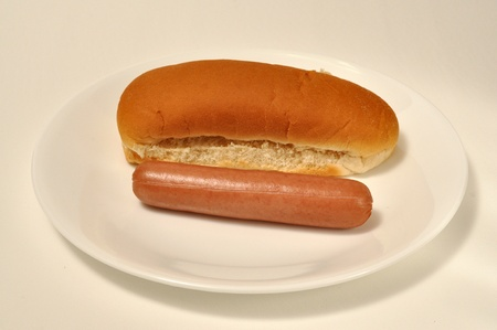A wiener lays beside a bun. Standard-Bild