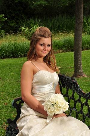 ドアを座っているかなりの花嫁