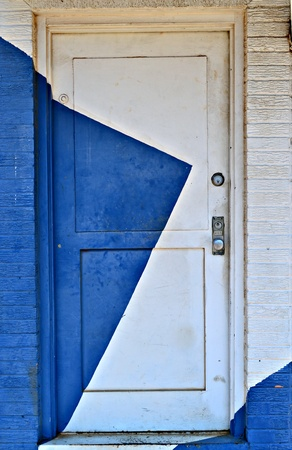A old door is painted Blue and white. 版權商用圖片 - 11243868
