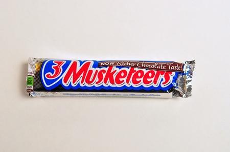 candy bar: 22 de diciembre 2011. Una barra de caramelo es 3 mosqueteros en un fondo blanco. Editorial