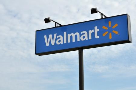 walmart: Un gran signo de Wal-Mart aparece en el lado de la carretera en Tyler, Texas, 21 de enero 2012