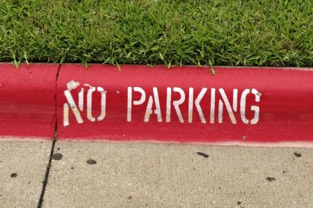 no parking: Un signe de stationnement interdit est peint sur le trottoir.
