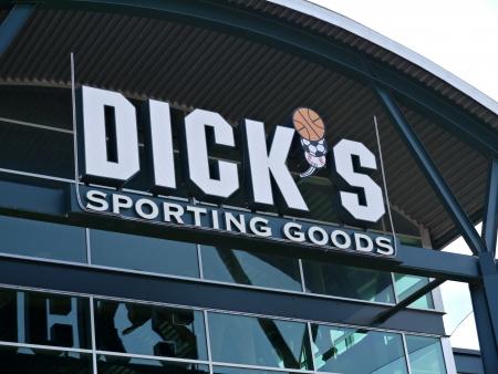 sporting goods: Art�culos Deportivos signo tienda de Dick en Arlington, Texas, en un d�a nublado