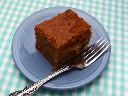 spicecake: Una rebanada de caseros spicecake es en un plato azul.
